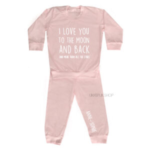 bedrukte-pyjama-baby-kind-naam-love-you-moon-and-back-more-all-stars-lichtroze