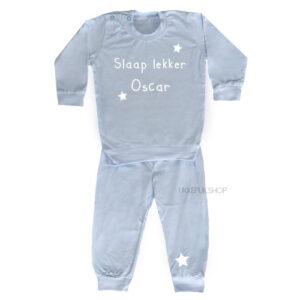 bedrukte-pyjama-baby-kind-naam-slaap-lekker-lichtblauw