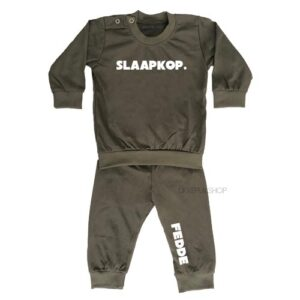 bedrukte-pyjama-baby-kind-naam-slaapkop-legergroen