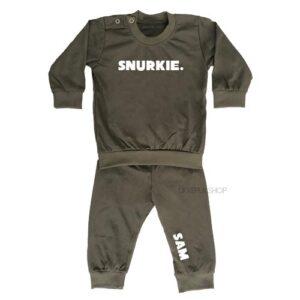 bedrukte-pyjama-baby-kind-naam-snurkie-legergroen