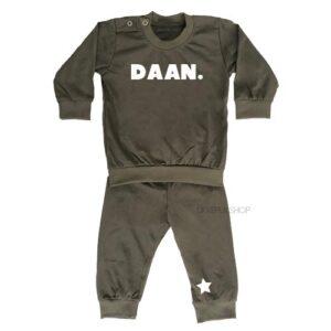 bedrukte-pyjama-baby-kind-naam-ster-legergroen