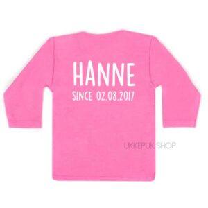 shirt-eerste-verjaardag-jaar-jarig-hoera-since-met-naam-datum-roze-achter