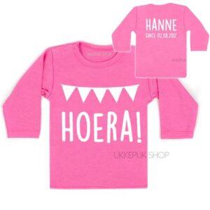 shirt-eerste-verjaardag-jaar-jarig-hoera-since-met-naam-datum-roze-voor-achter