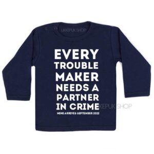 shirt-grote-boer-zus-zwangerschap-aankondiging-every-troublemaker-partner-in-crime-zwart-zwanger-blauw