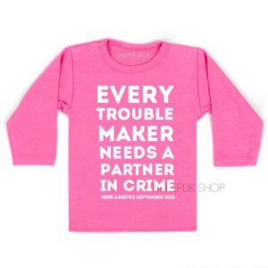 shirt-grote-boer-zus-zwangerschap-aankondiging-every-troublemaker-partner-in-crime-zwart-zwanger-roze