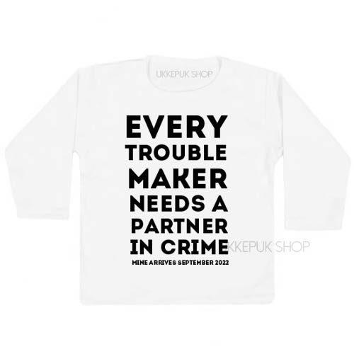 shirt-grote-boer-zus-zwangerschap-aankondiging-every-troublemaker-partner-in-crime-zwart-zwanger-wit